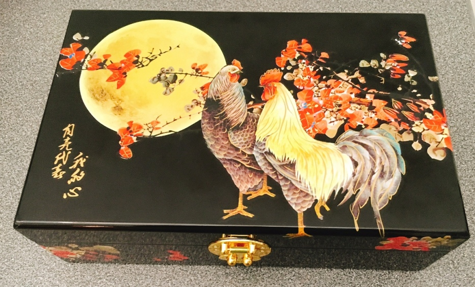 A lovely jewellery box to keep after the mooncakes are gone.