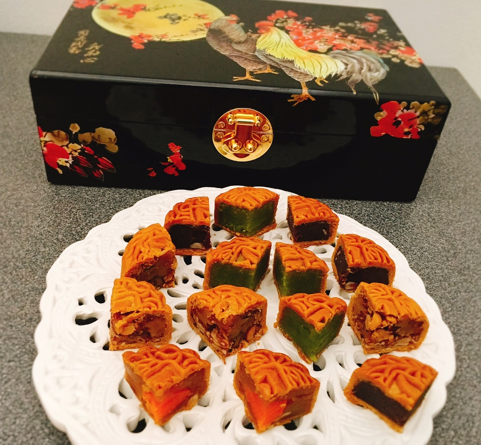 The-different-flavours-of-the-six-mini-baked-mooncakes-in-the-box.