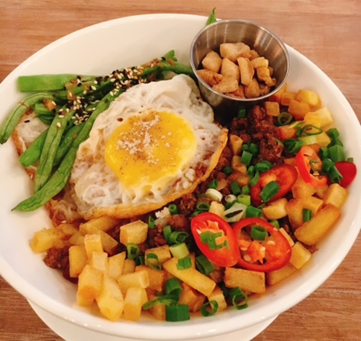 Minchi -- a yummy Macanese comfort food of minced pork, fried potatoes, crispy lard bits, chilli and French beans
