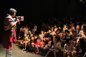 Linda Ang (Founder of Hongjiejie Work Station, Producer of Hoong Siamang Hooong) talking to the children after the show